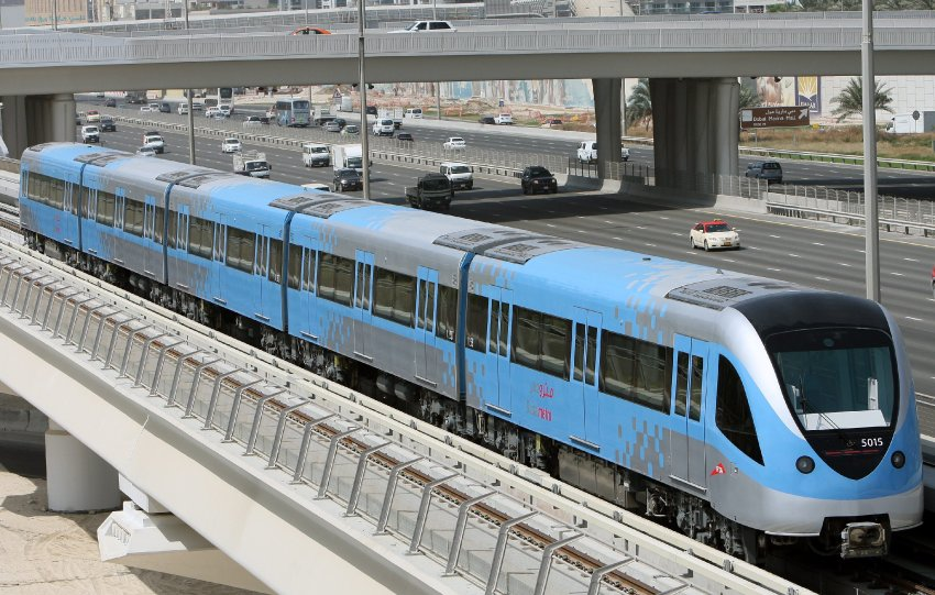 The new Dubai metro train, undertaking a final test run some hours before the opening ceremony in Dubai, United Arab Emirates on 09 September 2009, passes motor highway traffic. Dubai is opening the first metro system today, hoping to capture the world's spotlight on the catchy date of 9/9/09, although some of it's stations are not completed yet. The Dubai Metro will eventually become the world's longest driverless train system with more than 70km (43 miles) of track with total cost around Dh28 billion ($7.6 billion). EPA/ALI HAIDER +++(c) dpa - Bildfunk+++